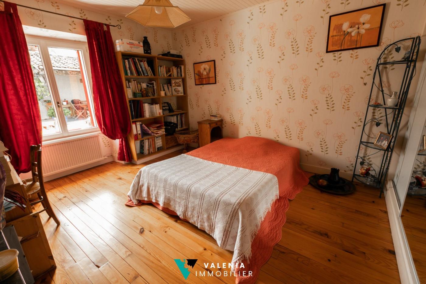 A vendre Roullet Saint Estephe 3453410690 Valenia immobilier